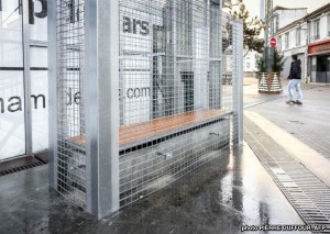 Grillages autour des bancs publics à Angoulême